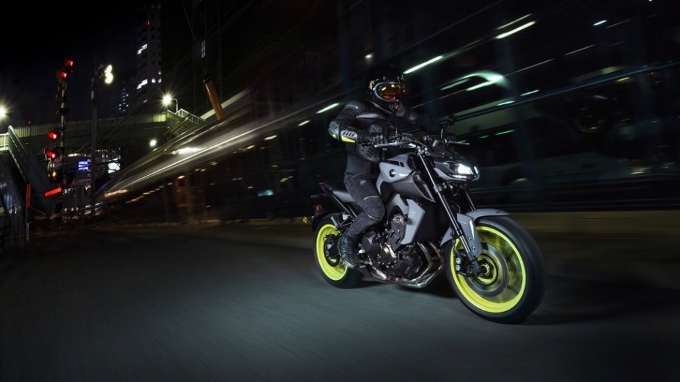 2017-yamaha-mt-09-eu-night-fluo-action-001