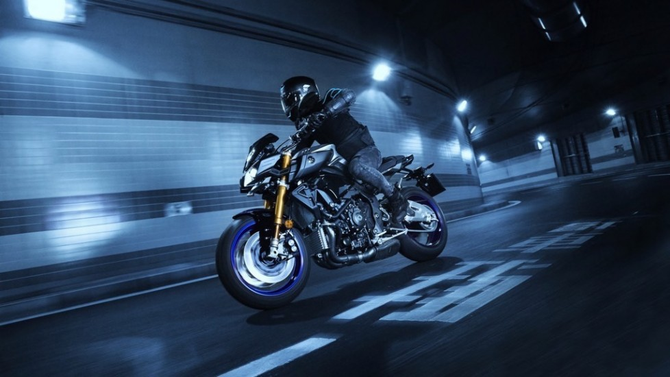 2017-yamaha-mt10dx-eu-silver-blu-carbon-action-006